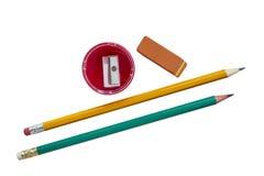 Briefpapier: Bleistifte, Radiergummi, Bleistiftspitzer auf weißem Hintergrund Lizenzfreie Stockfotos