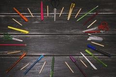 Briefpapier - bunte Bleistifte und Materialausrüstung auf hölzernem Hintergrund Stockbild