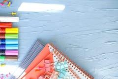 Briefpapier für Schule und Büro Filzstifte und Notizbücher Freier Platz für Text Horizontales Foto Helle Farben stockfoto