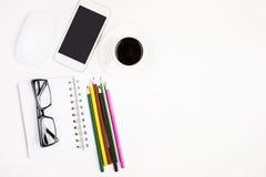 Briefpapier, Kaffee und Mobiltelefon Lizenzfreies Stockbild