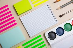 Briefpapier mit einem Notizbuch diagonal Stockfotos