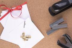 Briefpapier mit Heftklammern und einem Hefter Stockfotografie