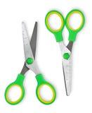 Briefpapier scissors mit grünen Griffen auf einem Weiß lokalisierten Hintergrund Lizenzfreie Stockfotografie