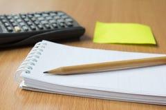 Briefpapier, Taschenrechner und Bleistift Stockfotos