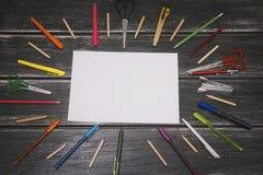 Briefpapier und weißer freier Raum - bunte Bleistifte und Materialausrüstung auf hölzernem Hintergrund Lizenzfreie Stockfotografie