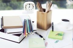Briefpapiereinzelteile auf Tabelle Stockfotos