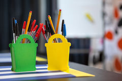 Briefpapiereinzelteile im Organisator bei Tisch, copyspace Stockfotografie