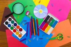 Briefpapiergegenstände Schule und Büroartikel auf dem Hintergrund des farbigen Papiers Lizenzfreie Stockfotos
