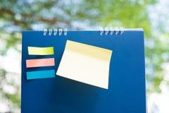 Briefpapierpaste auf blauem Kalender Lizenzfreie Stockfotos