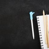 Briefpapierzubehör: ein Notizbuch für Anmerkungen, farbige Aufkleber, Bleistifte, ein Stift mit einer Kappe mit dem Symbol von Da Lizenzfreie Stockbilder