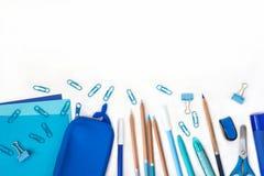 Briefpapierzusammensetzung Zur?ck zu Schule Papierblattnotizblock zeichnet Mehrfarbenstiftbleistiftspitzer-Bleistiftkastenscheren stockbild