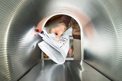 Briefträger, der Zeitungs-Innenansicht der Briefkasten liefert Stockfotos