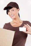 Briefträger mit businesscard und Paket stockfotografie
