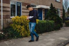 Briefträger mit einer Haltung lizenzfreie stockfotografie