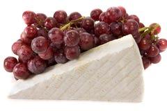 Briekäse und Trauben lizenzfreie stockfotos