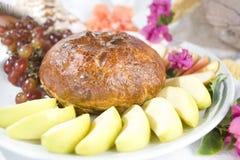 Briekäseen-croute mit Äpfeln und Trauben lizenzfreies stockbild