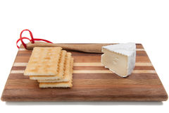 Briekäsekäse und -cracker. stockfotografie