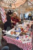 卖在市场上的妇女糖果 免版税库存照片