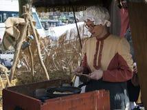 Mujer que hace las crepes Imágenes de archivo libres de regalías