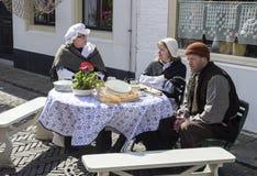 Folk i traditionella dräkter på gatan Royaltyfri Fotografi