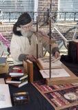 Man som är upptagen med den gammala hadcraftbokbindaren Fotografering för Bildbyråer
