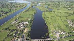 ` Briensbridge del puente o de O del ` s de Brien del ` de la visión aérea O Un pueblo escénico en el condado del este Clare, Irl almacen de metraje de vídeo