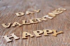 Brieven die de dag van zins gelukkige valentijnskaarten op houten su vormen Stock Fotografie