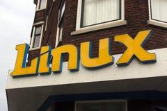 Brieven linux op een muur in Amsterdam stock foto's