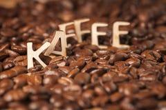 Brieven op koffiebonen Stock Afbeelding