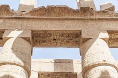 Brieven, tekeningen en tekens op de muren van oude Egyptische tempel Royalty-vrije Stock Fotografie