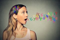 Brieven van het vrouwen de sprekende alfabet in haar hoofd die uit open mond komen Stock Fotografie