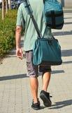 Brievenbesteller op de straat met zakken royalty-vrije stock afbeelding