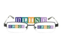 Brievenblokken spellen blind door een paar glazen Stock Afbeeldingen