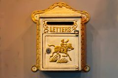Brievenbus of Brievenvakje Mooie uitstekende brievenbus op een uitstekende bakstenen muur stock afbeelding
