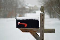 Brievenbus in de sneeuw Royalty-vrije Stock Foto's