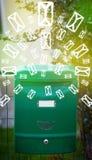 Brievenbus met brievenpictogrammen op gloeiende groene achtergrond Royalty-vrije Stock Fotografie