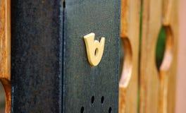 Brievenbus op een houten omheining stock afbeeldingen