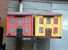 Brievenbussen, als oude huizen worden geschilderd dat Stock Afbeeldingen