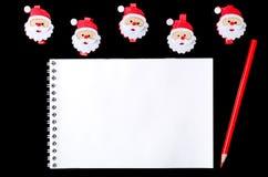 Brievensanta: notitieboekje en potlood op een Kerstmisachtergrond, bovenkant Stock Afbeeldingen