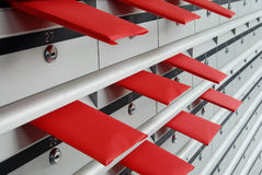 Brievenvakjes en rode enveloppen Royalty-vrije Stock Foto