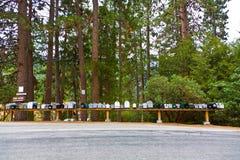 Brievenvakjes van een klein dorp in het Sequoia Nationale Park stock foto's