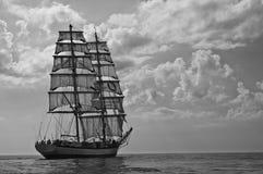 Brig avec toutes ses voiles en mer Images libres de droits