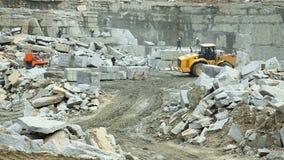 Brigada del trabajo en una mina de piedra almacen de metraje de vídeo