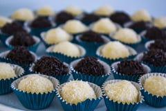 Brigadeiro brasiliano del bonbon del tartufo del cioccolato zuccherato immagine stock
