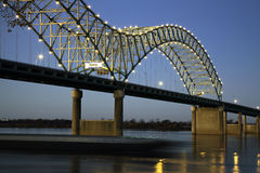 Brigantino a palo sotto Hernando de Soto Bridge Fotografia Stock