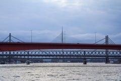 Brigdes de Belgrado sobre el Ada del río Sava, Gazela, los puentes ferroviarios viejos y nuevos tomados durante una tarde del inv Imagen de archivo