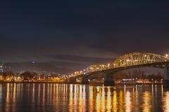 Brige in de nacht ower de rivier Donau royalty-vrije stock foto's