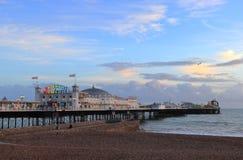BRIGGHTON, EAST SUSSEX, INGLATERRA, REINO UNIDO - 13 DE NOVEMBRO DE 2018: Brighton Palace Pier iluminado colorido imagem de stock royalty free