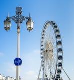 BRIGGHTON, SUSSEX/UK DO LESTE - 1º DE NOVEMBRO: Lâmpada de rua e Ferris W Fotografia de Stock