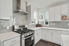 Free Bright And Neutral Kitchen With Glossy Gray Subway Tile Backsplash Stock Images - 185645384